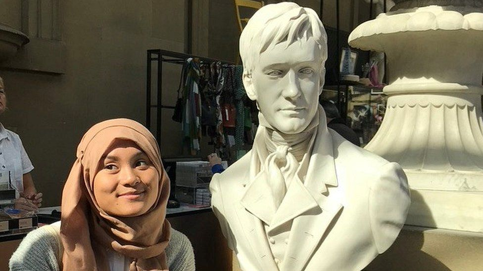 Rana Rofifah posing with the sculpture of Matthew Macfadyen as Mr Darcy in the Pride and Prejudice film